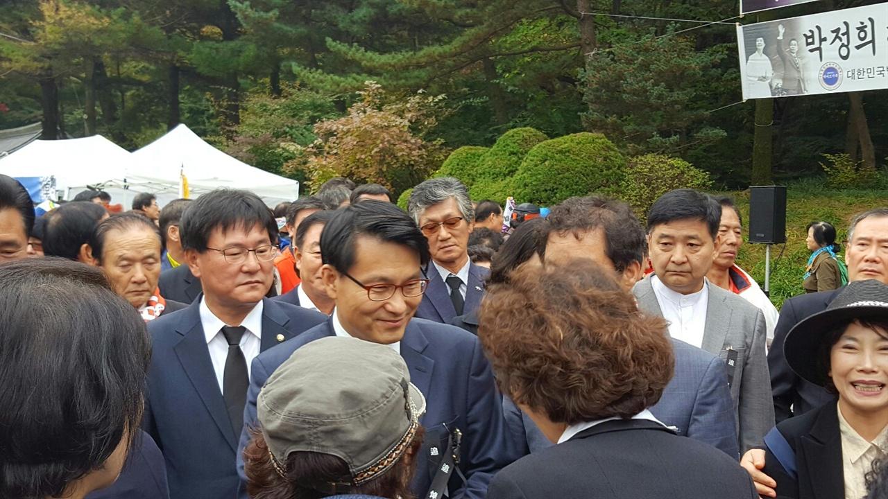 추도식에 참석한 윤상현 새누리당 의원.