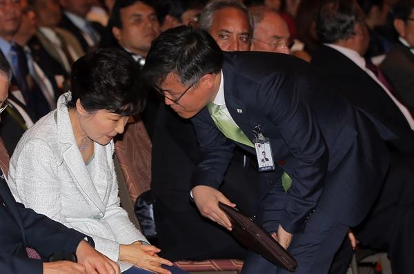 박근혜 대통령이 지난해 4월 20일 오후(현지시간) 페루 리마 쉐라톤 호텔에서 열린 한·페루 비즈니스 포럼에 앞서 정호성 비서관의 보고를 받고 있는 모습.