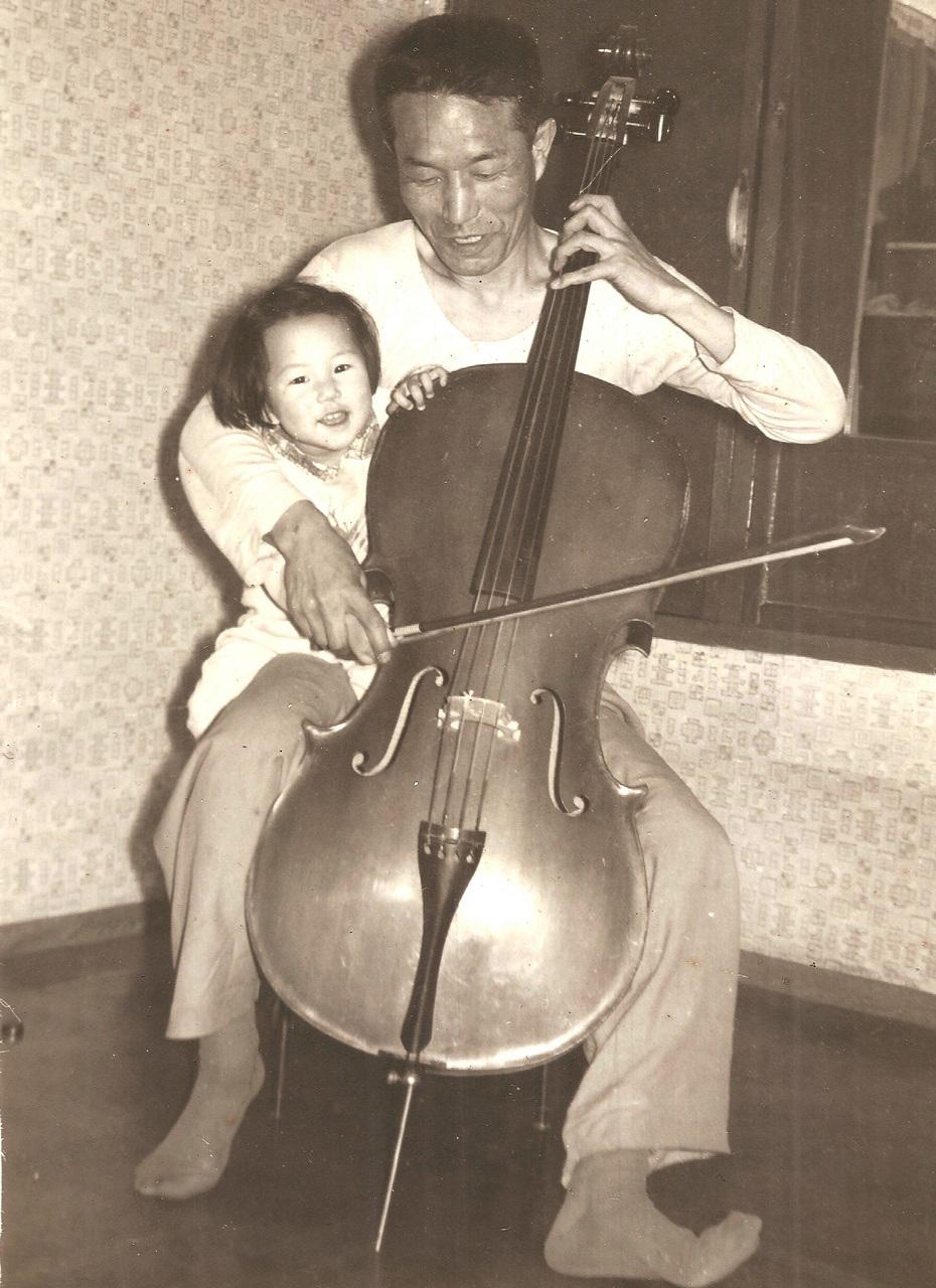 임종국 선생이 장녀 수연에게 첼로를 가르쳐주던 행복한 시절.
