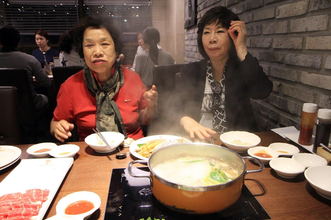 임종국 선생의 아내 이연순 여사(우측)와 여동생 임경화 여사에게 식사를 대접했다.