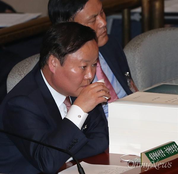 김재원 청와대 정무수석이 27일 국회에서 열린 예결위 전체회의에 출석해 의원들의 질의에 답변을 마친후 목을 축이고 있다.