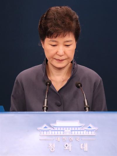 박근혜 대통령이 25일 '최순실 의혹'에 관해 대국민 사과를 하기위해 청와대 춘추관 대브리핑실에 들어서고 있다. 2016.10.25
