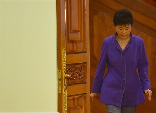 박근혜 대통령이 28일 오후 청와대를 방문한 윈민 미얀마 하원의장을 접견하기 위해 무궁화실로 들어서고 있다. 2016.10.28