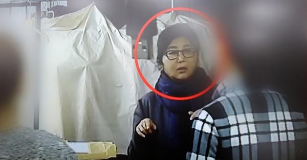 TV조선이 25일 공개한 최순실씨 관련 영상. 최씨가 박근혜 대통령의 해외 순방 일정 및 의상을 챙긴 것과 청와대 관료가 최씨의 일을 돕는 내용 등이 담겨 있다. 사진은 순방 의상을 준비하는 최씨.