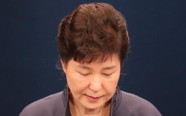 대국민사과 전 인사하는 박 대통령 박근혜 대통령이 25일 청와대 춘추관 대브리핑실에서 '최순실 의혹'에 관해 대국민 사과를 하기 전에 인사하고 있다.