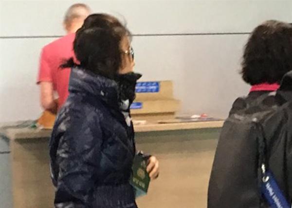 입국하는 최순실 '비선 실세' 의혹을 받는 최순실(60)씨가 30일 오전 영국 런던 히드로 공항발 브리티시에어웨즈 BA 017 통해 인천공항에 도착한 뒤 이동하고 있다.