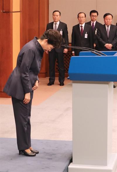 박근혜 대통령이 25일 청와대 춘추관 대브리핑실에서 '최순실 의혹'에 관해 대국민 사과를 한 뒤 인사하고 있다. 2016.10.25