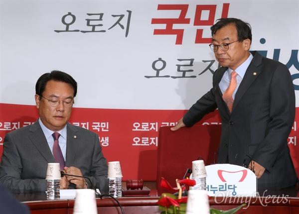 새누리당 이정현 대표와 정진석 원내대표가 지난달 31일 오전 서울 여의도 당사에서 열린 최고위원회의에 참석하고 있다.