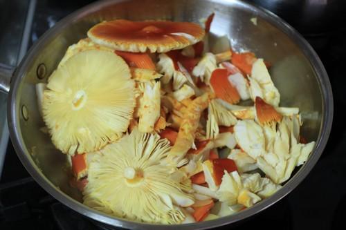 숲마실을 하며 얻은 달걀버섯으로 달걀버섯볶음을 했는데, 다들 맛있다며 금세 사라졌다.