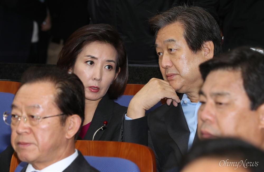 새누리당 김무성 의원과 나경원 의원이 26일 오후 국회에서 열린 의원총회에서 대화 나누고 있다.