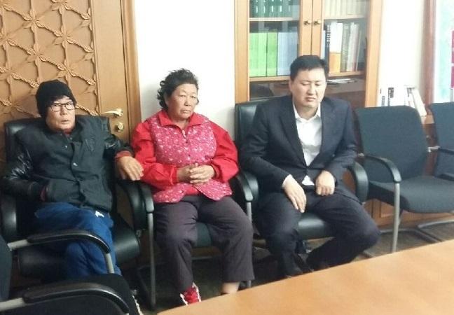 충남 청양군 비봉면 강정리 주민들이 1일 오전 한 때 안희정 충남지사 집무실에 앉아 안희정 지사 에게 문제 해결을 요구하고 있다. 이들은 신고를 받고 온 경찰에 연행됐다.