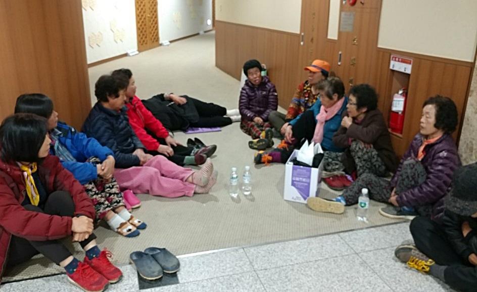 1일 오후, 충남 청양군 비봉면 강정리 주민들이 안희정 충남지사 집무실 앞에서 연좌 시위를 벌이고 있다.