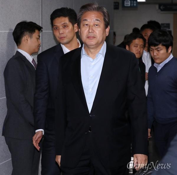 새누리당 김무성 전 대표가 1일 오후 국회 의원회관에서 당내 대선 예비주자들과 최순실게이트 관련 수습대책을 논의하기 위해 회의장으로 향하고 있다.
