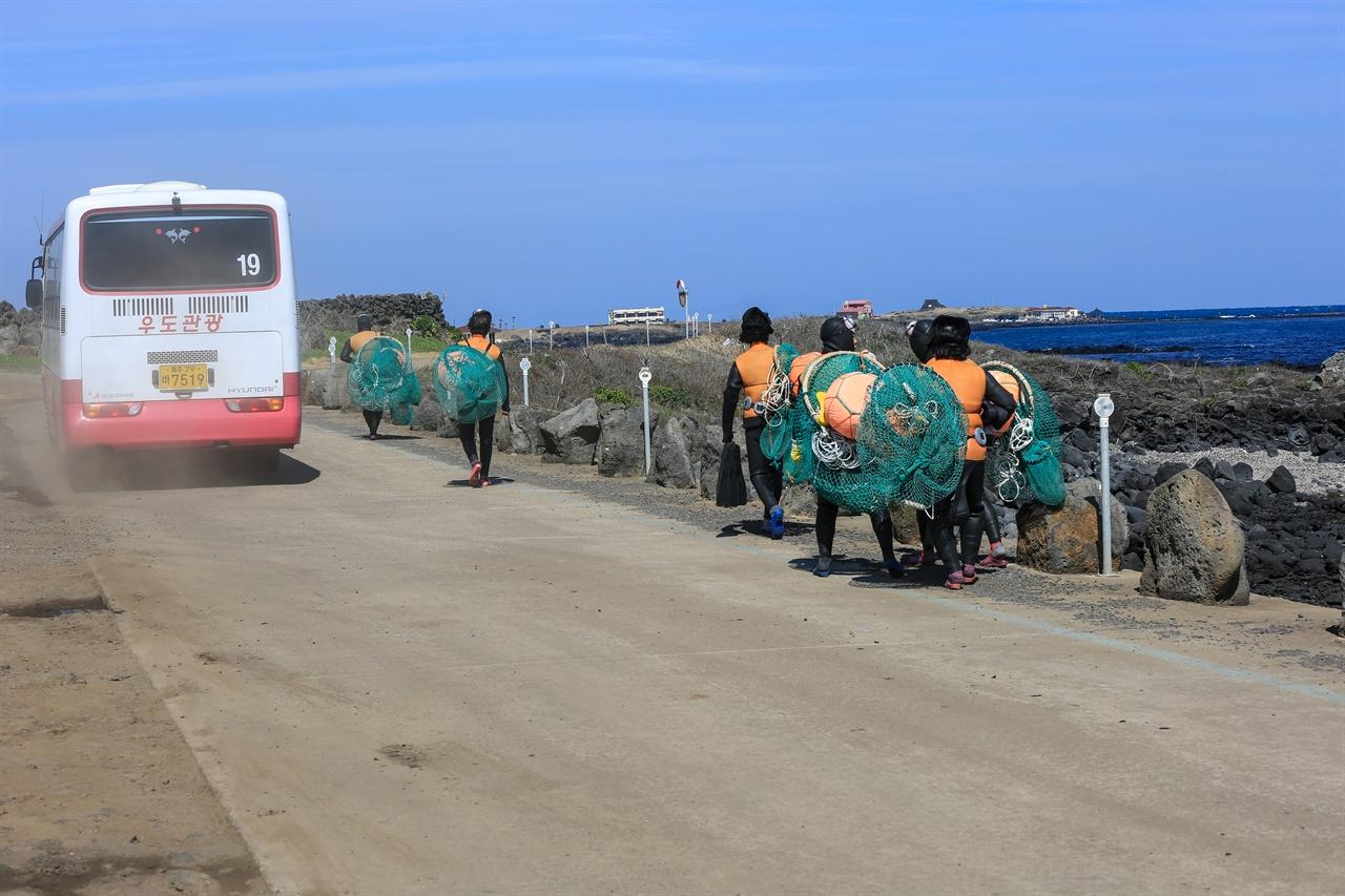 2015년 2월 엄동설한에 바다로 향하는  해녀 삼춘의 모습