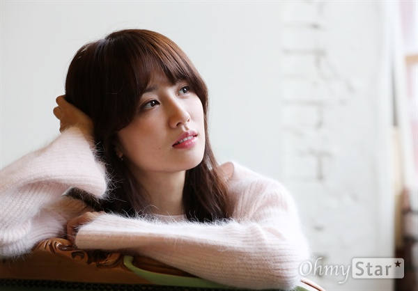 tvN월화드라마 <혼술남녀>에서 박하나 역의 배우 박하선이 31일 오후 서울 팔판동의 한 카페에서 인터뷰에 앞서 포즈를 취하고 있다.