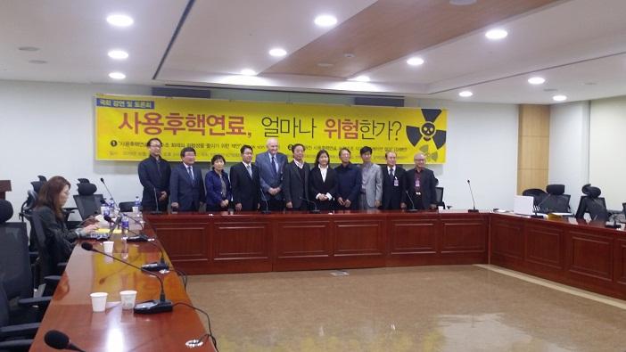 사용후 핵연료 강연과 토론에 나섰던 국내외 전문가들 핵발전소 안전과 사용 후 핵연료 문제 해결을 위해서 국제 공조가 필요하다는데 의견을 모았다.
