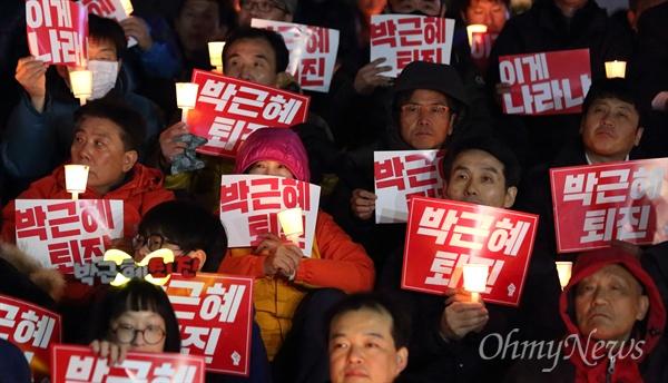 지난 2일 오후 서울 청계광장 부근에서 '비선실세' 최순실 국정농단 사태 관련 박근혜 대통령 퇴진을 촉구하는 촛불집회가 열리고 있다.