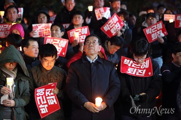 '박근혜 대통령은 즉각 물러나야 합니다'는 긴급성명을 발표한 박원순 서울시장이 2일 오후 서울 청계광장 부근에서 열린 '비선실세' 최순실 국정농단 사태 관련 박근혜 퇴진 촛불집회에 참석했다.
