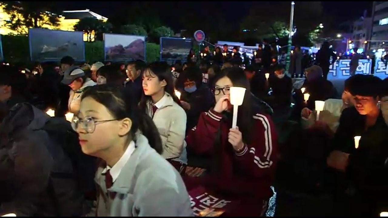 2일 저녁 여수시청 앞 광장에서 여수시민비상시국회의 촛불집회에 참가한 학생들의 모습