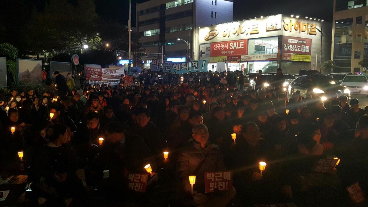 2일 저녁 여수시청 앞 광장에서 여수시민비상시국회의 촛불집회에 시민들이 촛불을 들고 박근혜 퇴진을 외치고 있다.