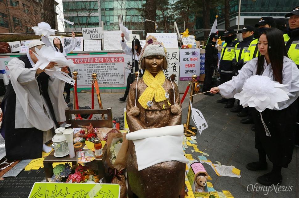 최근 '대한민국 효녀연합'으로 알려진 홍승희씨 등 청년예술가 네트워크 회원들이 13일 오후 서울 종로구 주한일본대사관 앞 '평화의 소녀상' 앞에서 일본군 위안부 피해자 할머니들의 한을 풀어주며 위안부 아리랑 주제로 공연을 선보이고 있다.