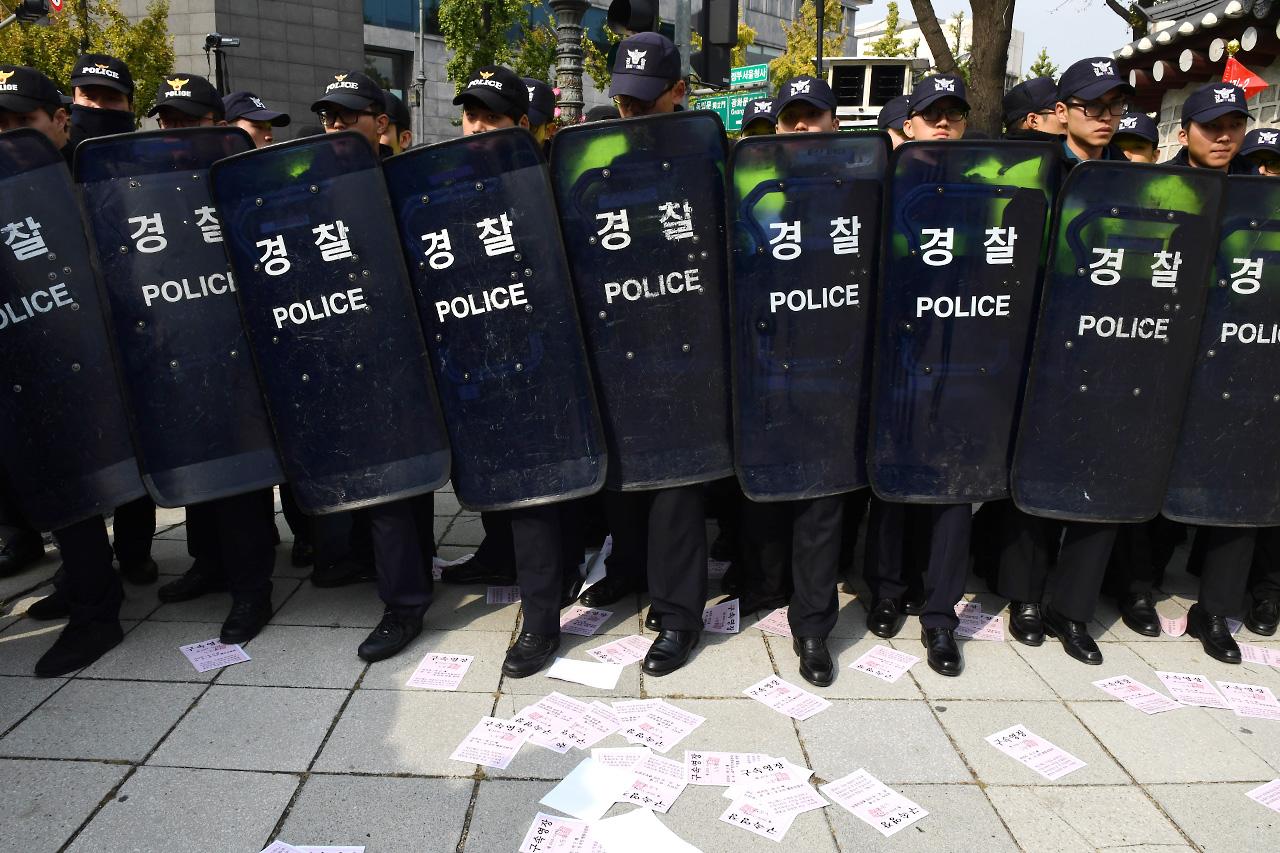 노동당 당원들이 3일 오전 청와대 방면으로 진출을 시도하자 경찰이 이들을 가로막고 있다.