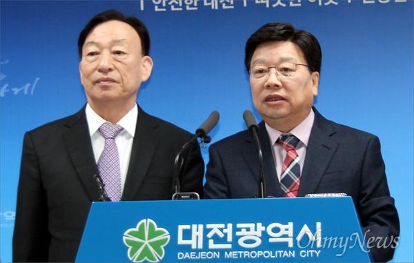권선택(오른쪽) 대전시장과 설동호 대전교육감이 2017년 학교무상급식 시행과 관련한 교육행정협의회 합의 결과를 발표하고 있다.