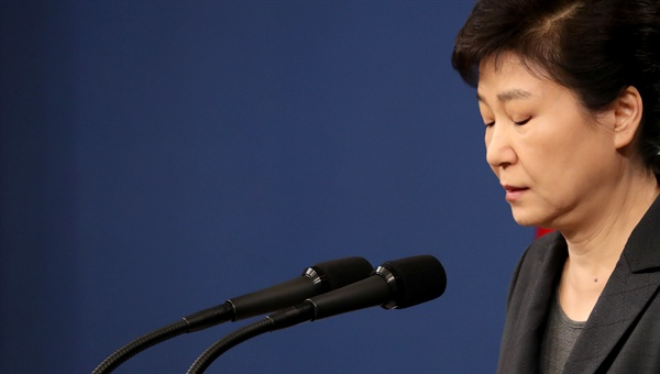 박근혜 대통령이 4일 오전 청와대 춘추관 대브리핑실에서 '최순실 국정개입' 의혹 파문과 관련해 대국민담화를 발표하며 원고를 보고 있다.
