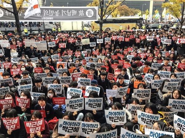 5일 광화문 세종문화회관 앞에서 중고생 연대가 박근혜 대통령 하야 촉구 집회를 열고 있다.