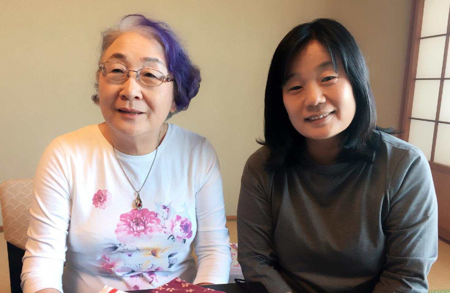 후원금 전달 재일동포 2세, 이춘자 씨가 윤미향 정의기억재단 상임이사에게 후원금 전달