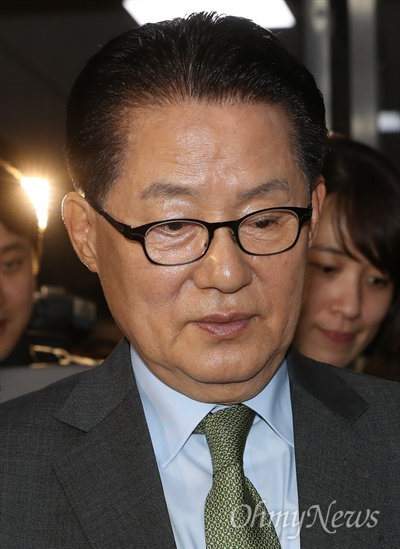 국민의당 박지원 원내대표가 8일 오후 국회에서 열린 정세균 국회의장 주재 3당 원내대표 회동에 참석한뒤 굳은 표정으로 의장실을 나서고 있다.