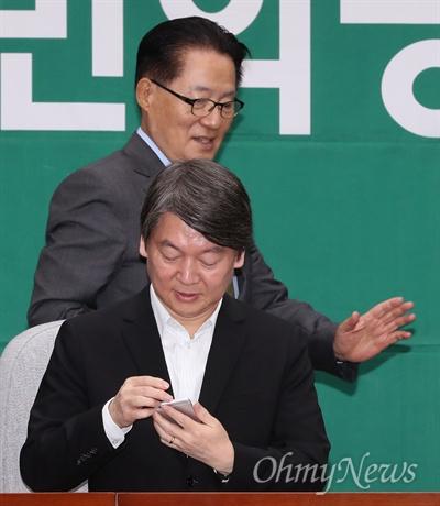국민의당 박지원 비대위원장과 안철수 전 대표가 6일 오전 국회에서 열린 비대위원 및 국회의원 연석회의에 참석하고 있다.