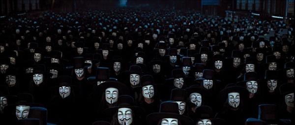 영화 <브이 포 벤데타>의 한 장면. 브이를 상징하는 이 가면은 시민 혁명이 한 상징으로 자리잡았다.