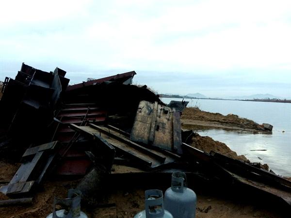 김해 한림면 시산리 낙동강변에서 폐준설선 해체 작업하다 기름이 유출되었다.
