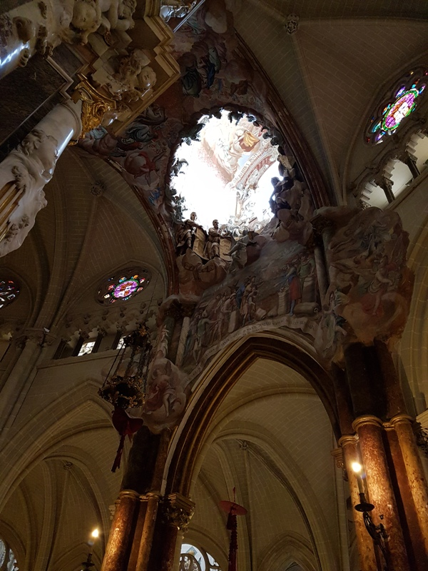 뜨란스바렌떼(El Transparente) 대제단 성체 현시대 뒤쪽 성배 등을 보관하고 작은 예배실에 조명을 주기 위해 만든 일종의 보조 공간. 1721년부터 약 10년간 공사를 했다. 맞은편 돔을 통해 들어오는 빛과 어울리면 거기 새겨진 조각들이 마치 살아서 움직이는 듯 착각을 하게 한다.
