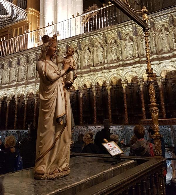 백 성모상(Virgen Blanca) 성가대실 출입구에 있는 일명 웃는 성모상. 14세기 초 프랑스에서 조각되었다고 함.