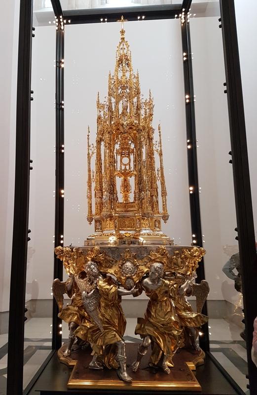 성체현시대(聖體顯示臺) 독일의 엔리께 데 아르페에 의해 제작(1576∼1524). 아메리카 대륙에서 가져온 18kg의 금이 사용되었고, 금 외에도 쓰인 보석들이 다양함. 성체 현시대는 매년 성체 축일이 되면 톨레도 시내를 도는 행렬에 참가를 위해 성당 밖 나들이를 한다고 함.