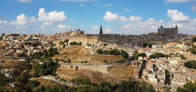 톨레도 구시가지  톨레도 구시가지와 가운데 뾰족한 탑이 대성당, 그리고 오른쪽 사각형 건물이 알까사르.