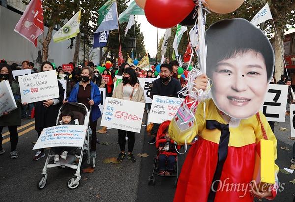 유모차에 아이를 태우고 나온 시민이  12일 오후 서울 종로구 대학로에서 '최순실 게이트'로 불거진 국정농단 사태에 대해 박근혜 대통령의 하야를 촉구하며 민중총궐기 대회에 참가하기 위해 거리행진을 벌이고 있다.
