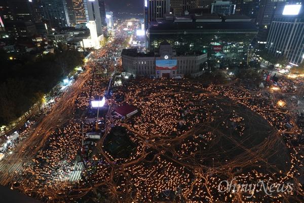 청와대 향한 '박근혜 퇴진' 촛불 12일 오후 서울시청 앞 서울광장에서 열린 2016 민중총궐기 대회에 참여한 시민들이 박근혜 대통령의 퇴진을 촉구하는 촛불을 들고 광화문, 청와대 방향으로 거리 행진을 하고 있다.
