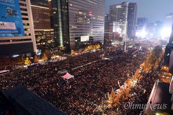 광화문 일대 뒤덮은 '박근혜 퇴진' 촛불 '박근혜 퇴진'을 요구하는 민중총궐기 대회가 12일 서울 세종로, 태평로 일대에서 열린 가운데 수십만의 참가자가 촛불을 밝히고 있다.
