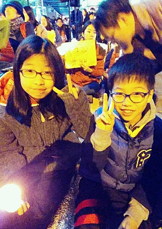 해당 가족은 사진 속 초등생의 참여 제안으로 이날 촛불을 들었다.