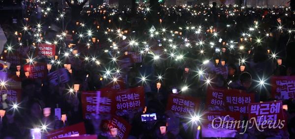박근혜 퇴진하라!  12일 오후 서울 광화문광장에서 열린 민중총궐기 대회에서 시민들이 '박근혜 하야'를 촉구하고 있다.