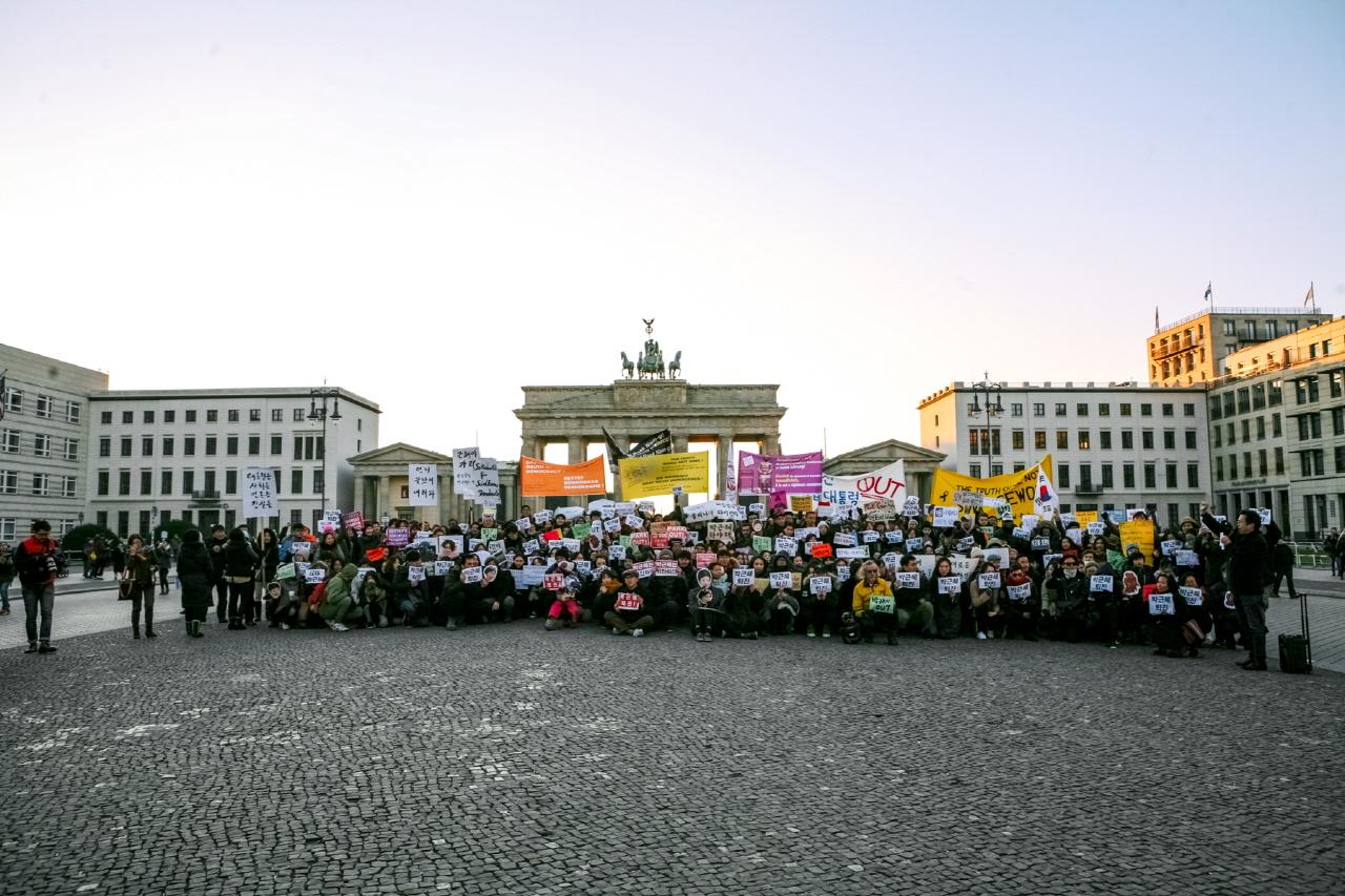 베를린 박근혜 대통령 퇴진집회 독일 교민 사회에서는 상당히 폭발적인 집회 참여가 이루어졌다. 베를린 브란덴부르거토어 앞에서의 한국교민과 독일인, 그리고 다양한 국적의 사람들이 연대했다.