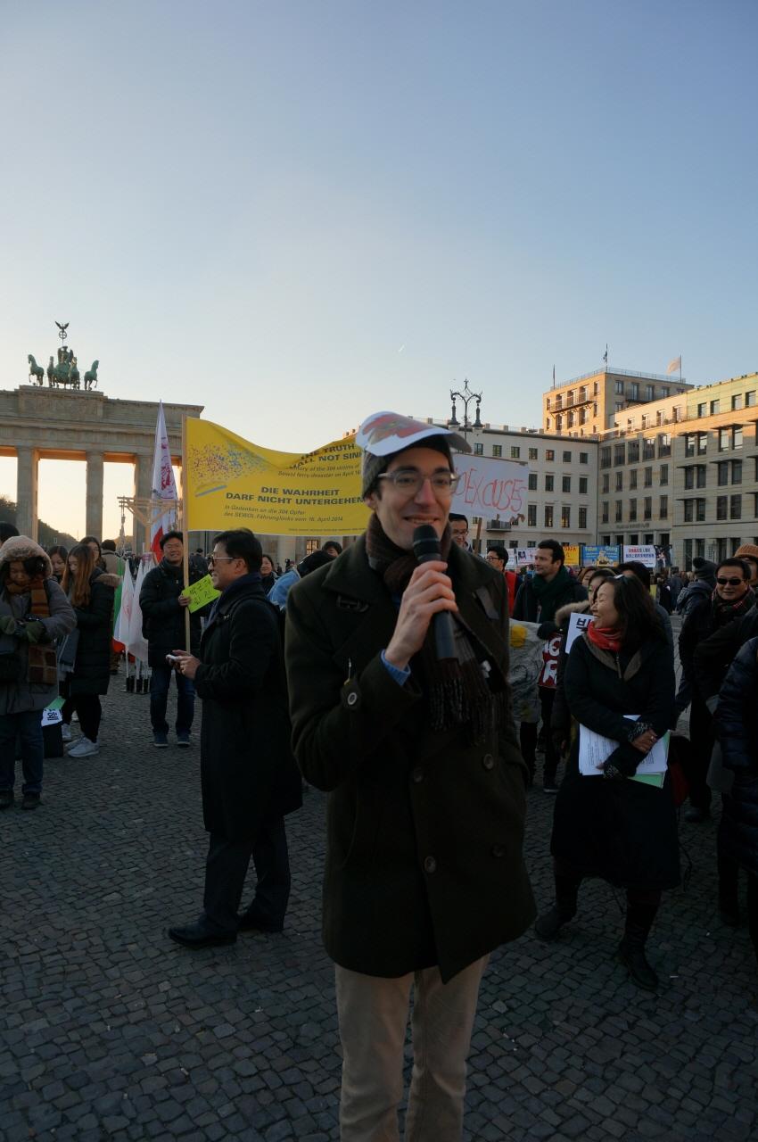 베를린 박근혜 대통령 퇴진 집회에서 자유발언을 하는 미국인