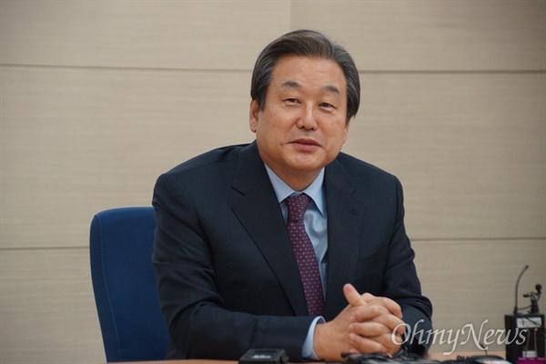 김무성 새누리당 전 대표가 15일 오전 대구 테크노파크에서 기자간담회를 갖고 박근혜 대통령은 법적으로 탄핵을 해야 한다고 말했다.