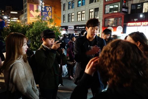 국범근씨는 지난 11일 맨해튼에서 열린 박근혜 퇴진 집회에 참석해 영상을 촬영하고, 미국인과 인터뷰를 진행하기도 했다. ⓒ<뉴스 M> 경소영