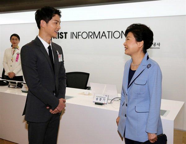 한 정부 행사장에서 만난 <태양의 후예>의 송중기와 박근혜 대통령.