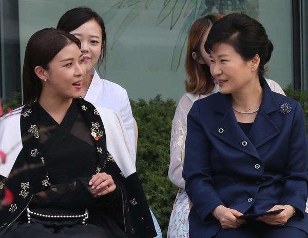 박 대통령과 하지원 박근혜 대통령과 배우 하지원이 지난 2015년 10월 21일 청와대 사랑채에서 열린 한복패션쇼에서 대화하고 있다.