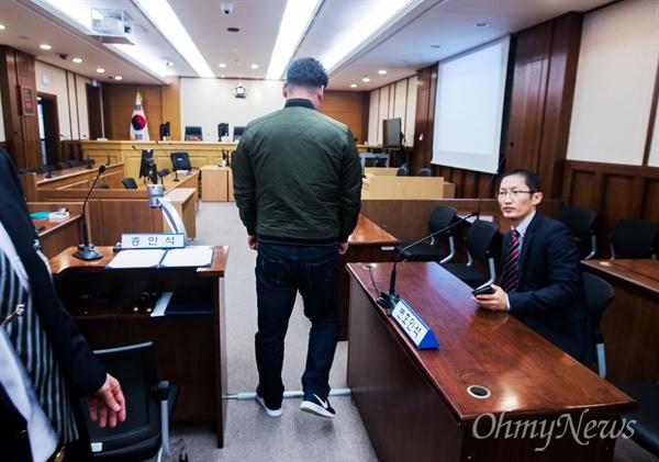 17일 광주고등법원 '익산 약촌오거리 택시기사 살인사건' 재심 법정에 들어서는 '가짜 살인범' 최성필(가명)씨.